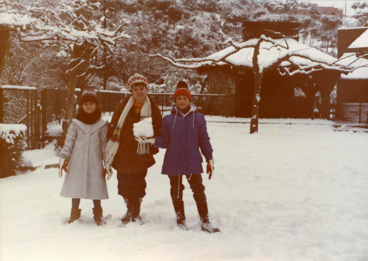 Amb els meus cosins, de petits, amb tot l'entorn cobert de neu.
