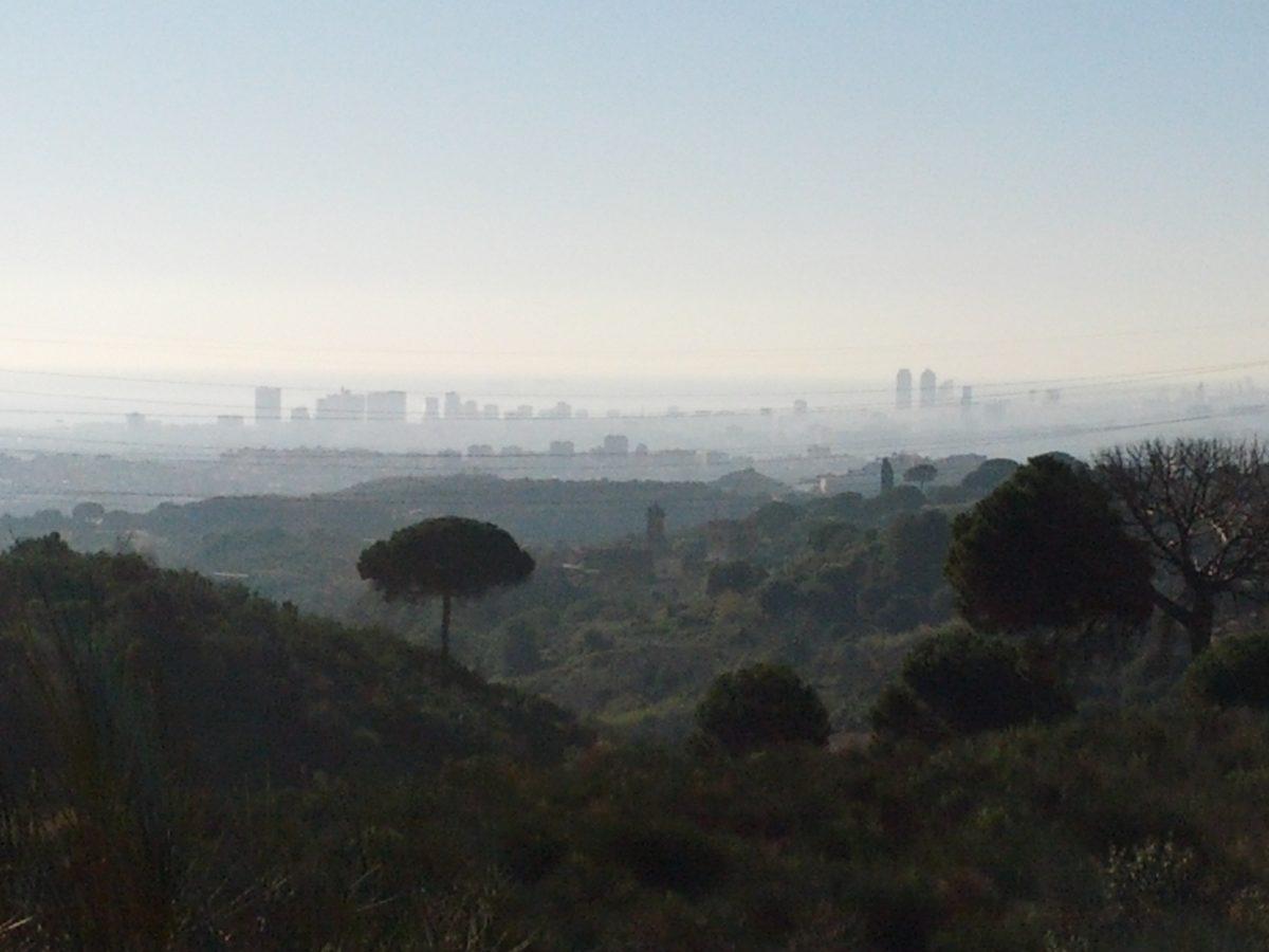 Vistes des de la La Vallençana amb la ciutat emboirada