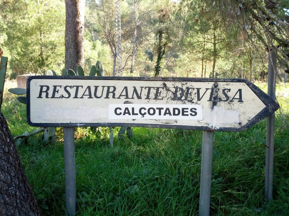 """Senyal indicant el restaurant, on s'hi veu que s'ha afegit """"calçotades"""" recentment."""