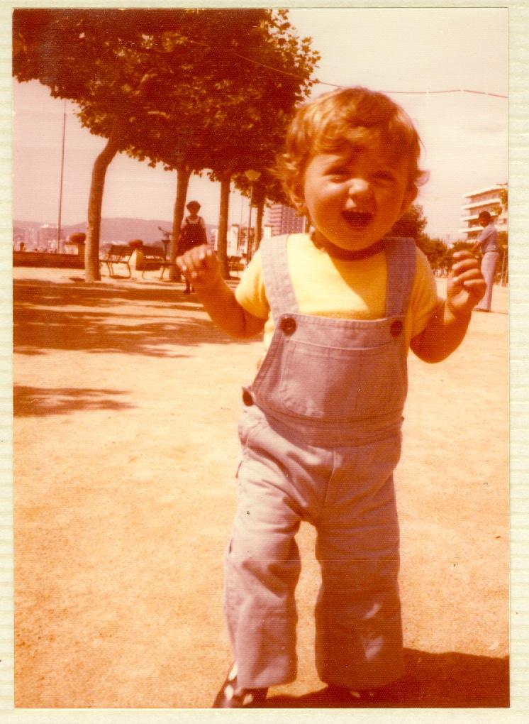 Jo de petita al passeig de Palamós, la foto tota esgrogueïda