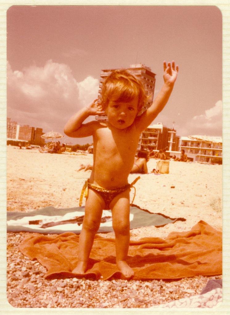 Jo de petita a la platja, la foto tota esgrogueïda