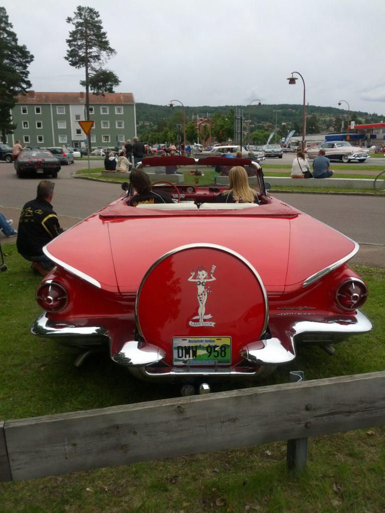 Cotxe d'època vermell brillan vist des de darrere