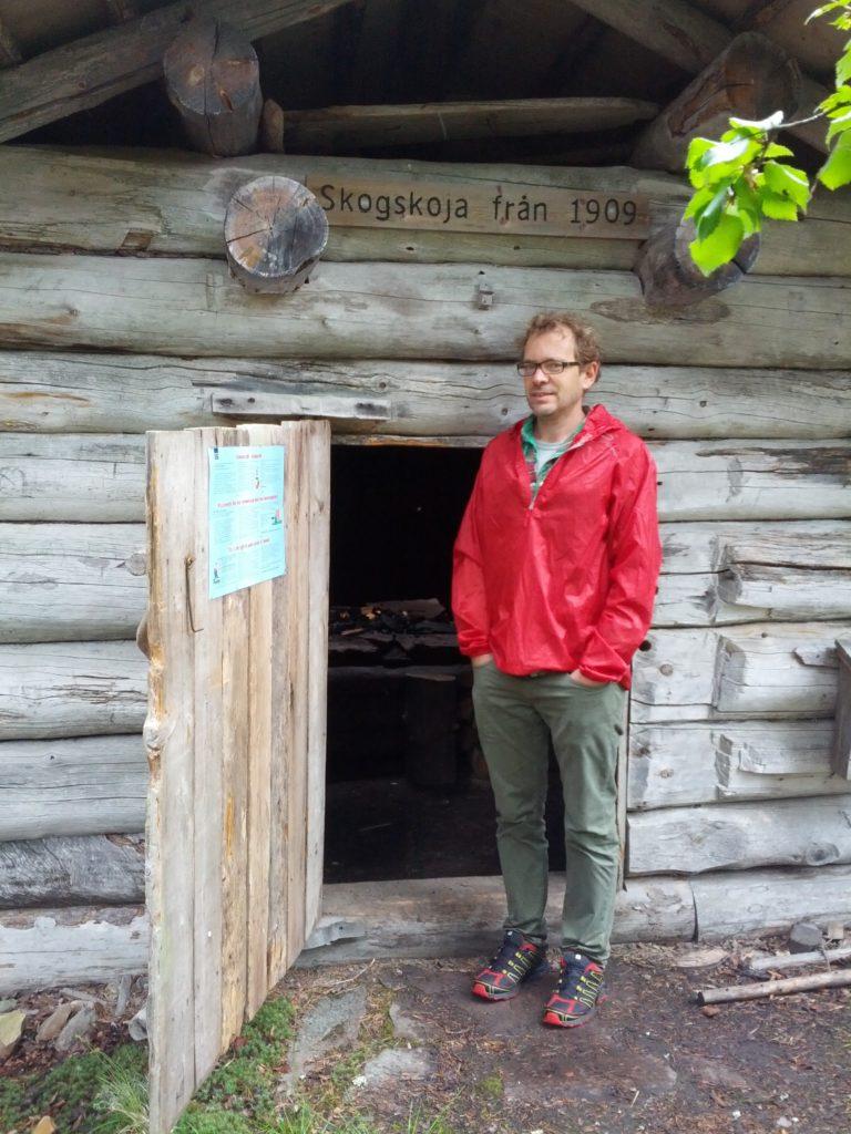 Dani davant la cabana de fusta