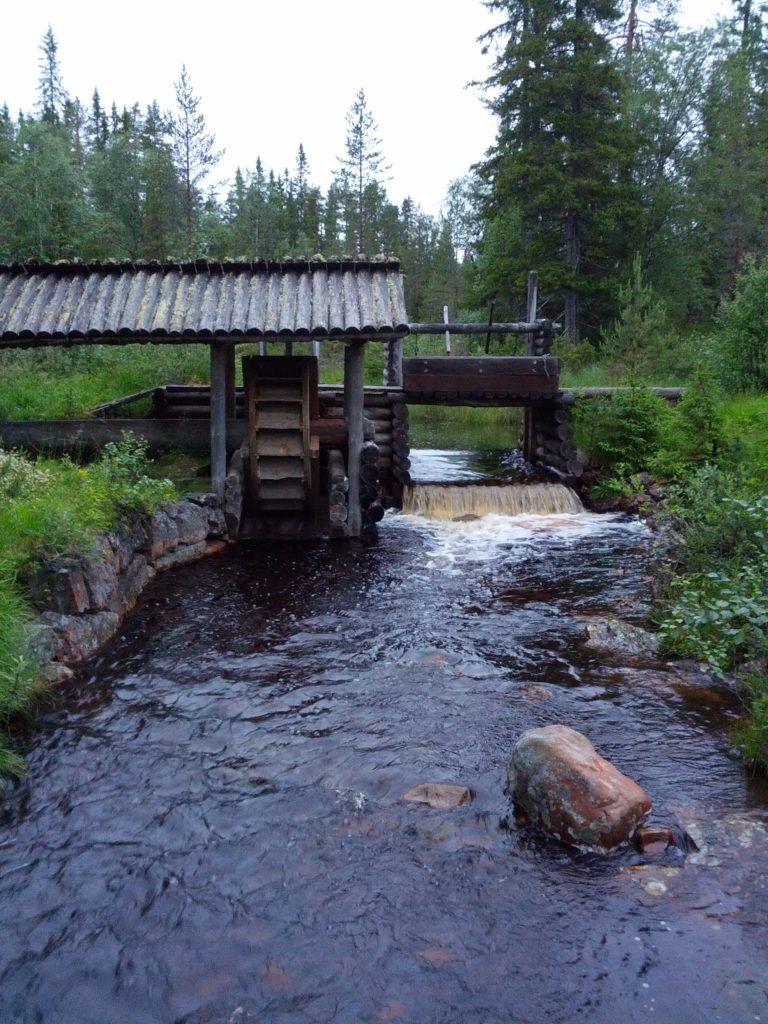 Roda de molí de fusta al riu
