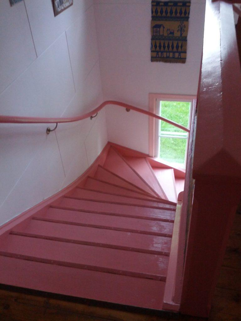 Vista de les escales de color rosa des de dalt