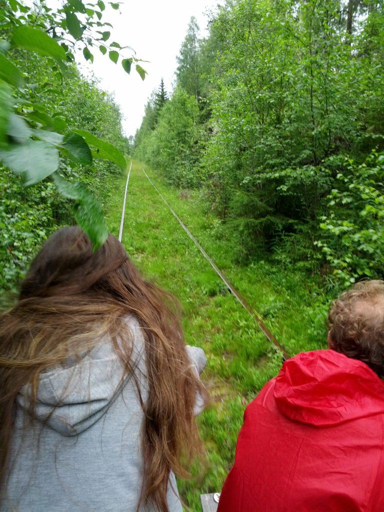 Dani i Ada durant el trajecte amb el dressin entre arbres