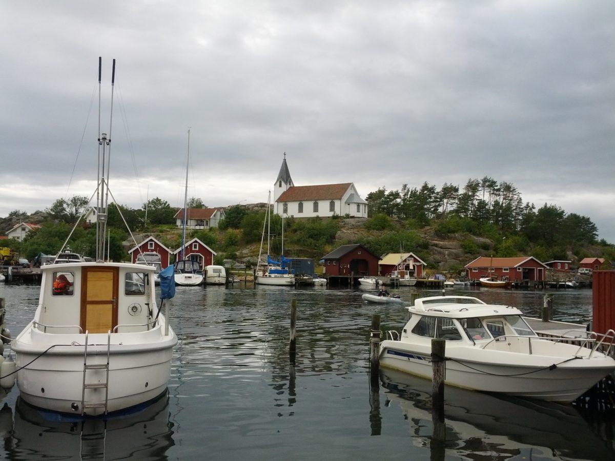 Vaixells amarrats i església al fons
