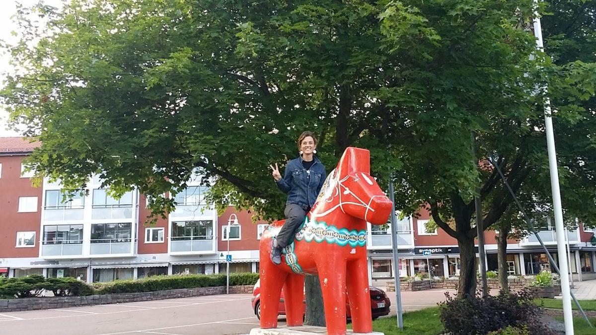 Jo a sobre un dalahäst gegant al carrer