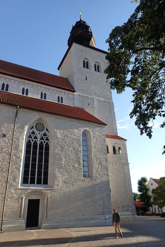 Vista exterior d'una església a Visby amb la façana blanca