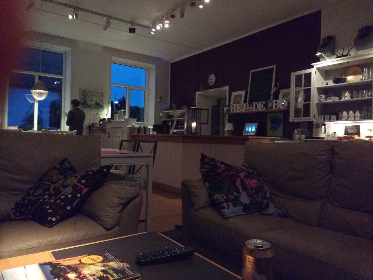 La sala d'estar del hostel, amb molt poca llum