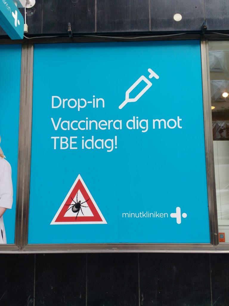 Aparador d'una farmàcia amb l'anunci per vacunar-se contra el TBE