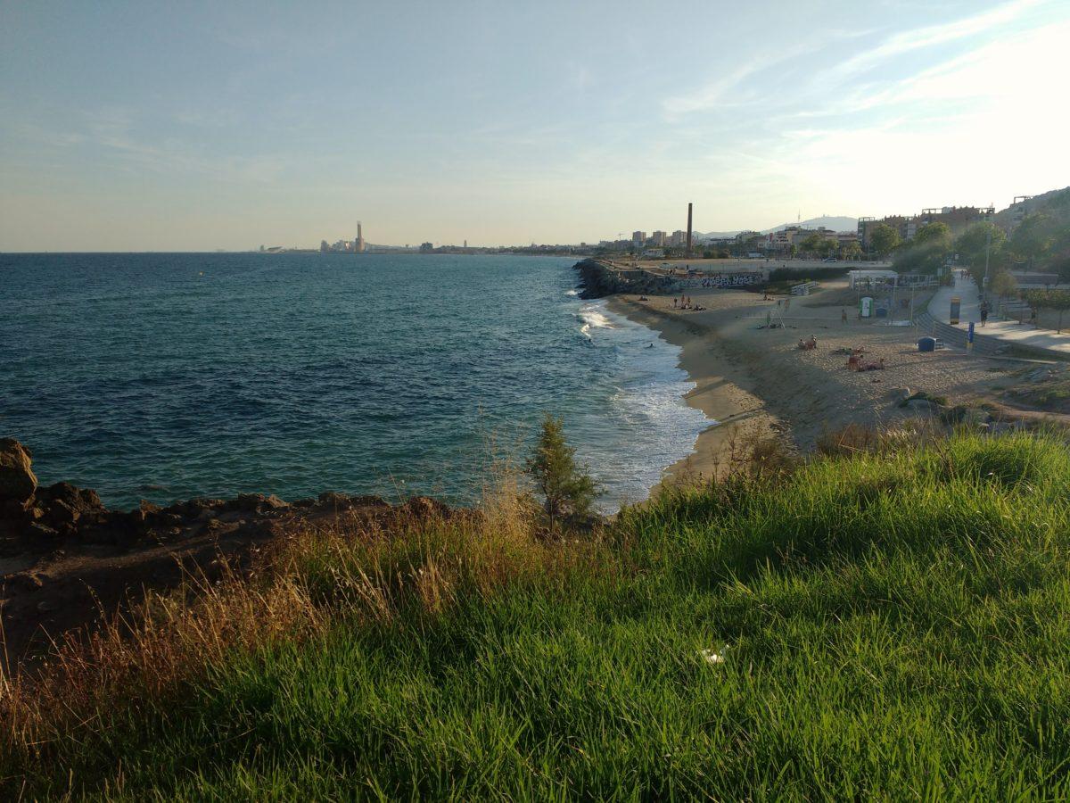 Vista de la platja de Montgat al capvespre des d'un turonet