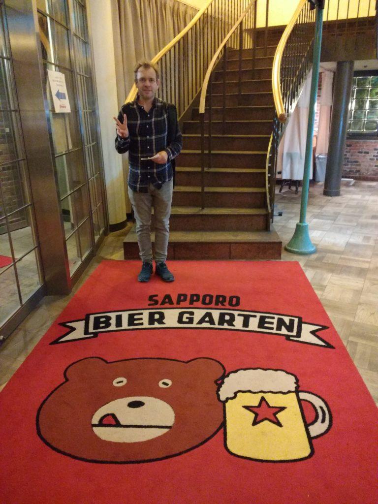 Interior del restaurant de la Sapporo Biergarten amb una gatifa d'un ós amb una cervesa
