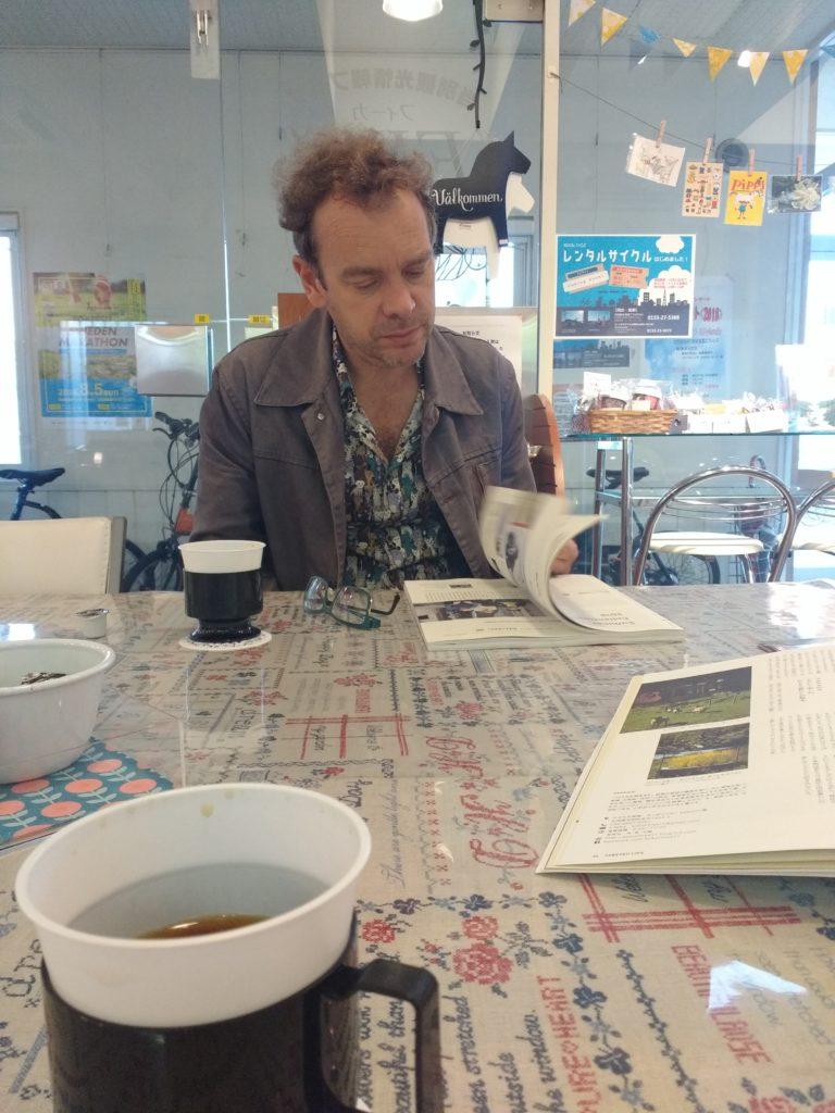 Fullejant unes revistes a la cafeteria de l'estació de Futomi