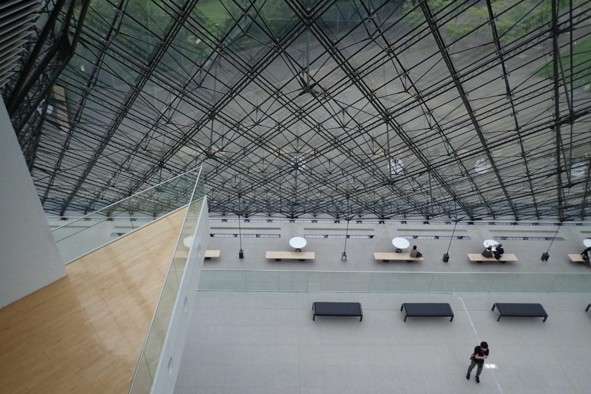 Interior de l'edifici piramidal de vidre del Moerenuma park