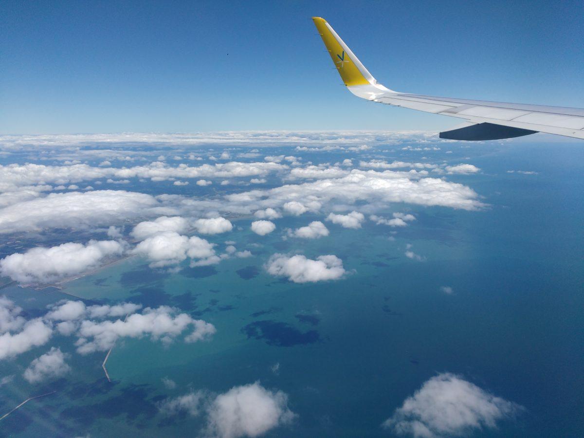 Ala de l'avió sobre el mar