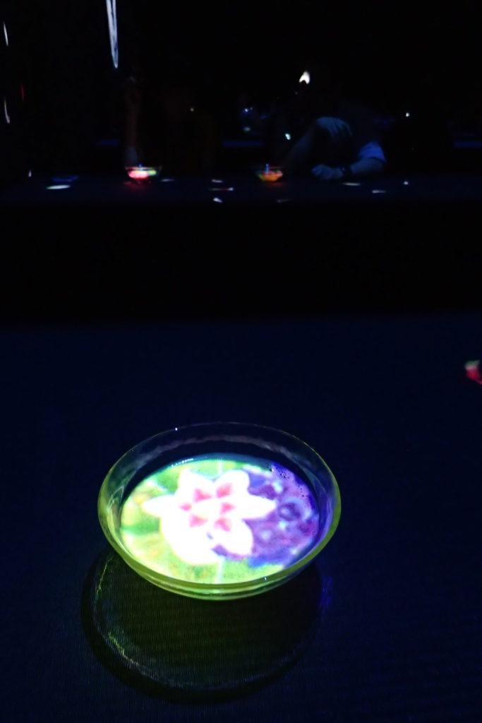 tassa de te amb projecció d'una flor a dins