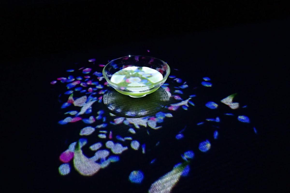 Tassa de te amb projecció d'una flor a dins i pètals a fora