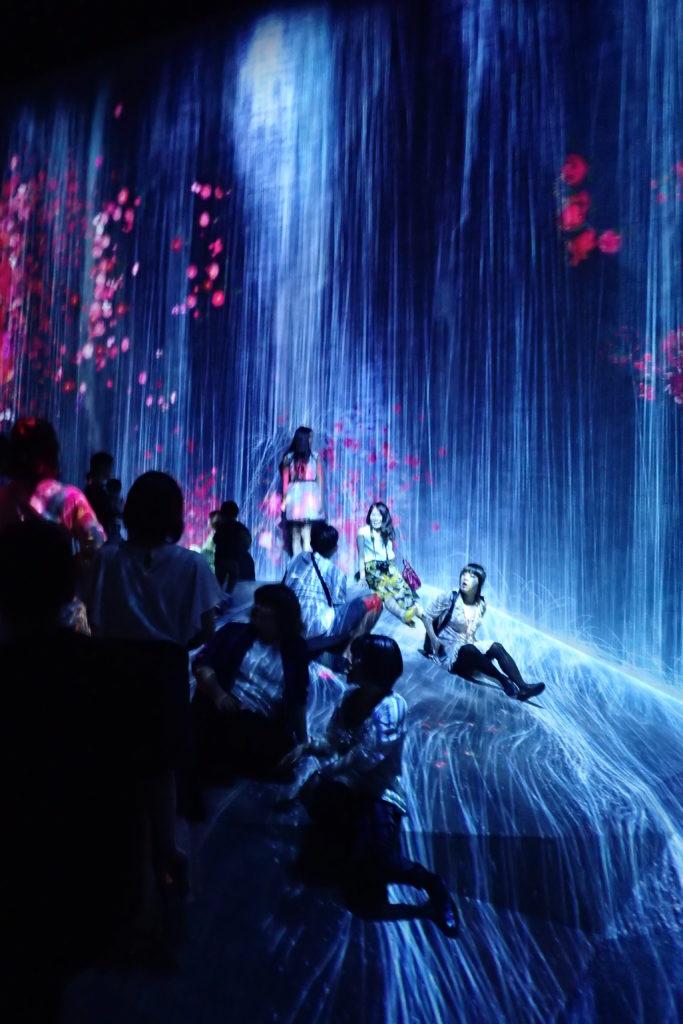 Projecció d'una cascada gegant amb persones a sota