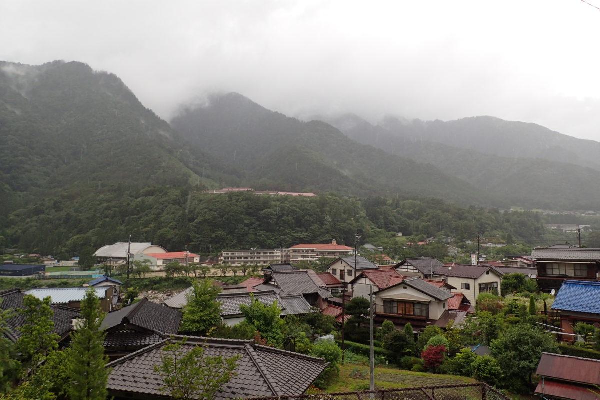 Vista general del poble de Nagiso, amb muntanyes ennuvolades al fons