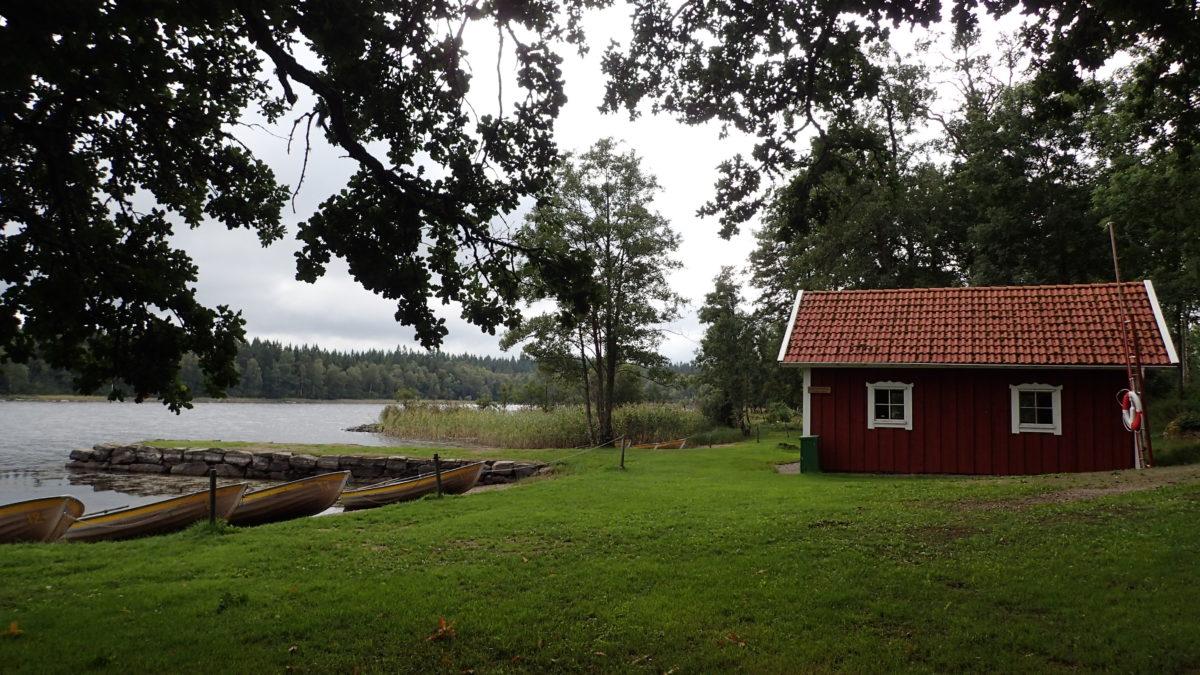 Vista d'una caseta vermella amb el llac al costat