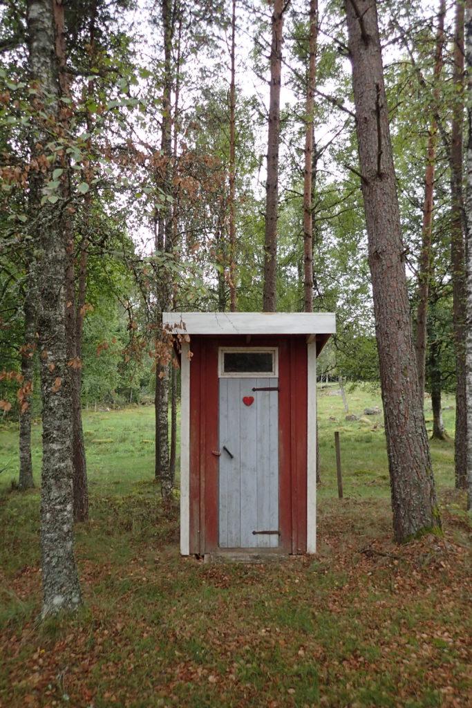 Petit típic lavabo al mig del camp