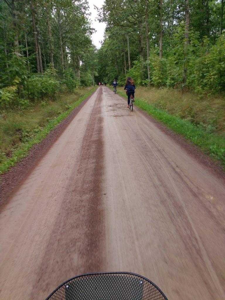 Camí de terra per on hi circulen bicicletes