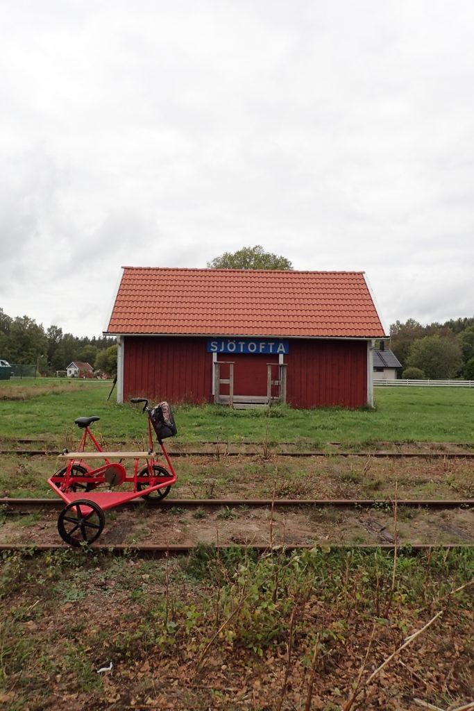 Dressin aturat davant l'estació de Sjötofta
