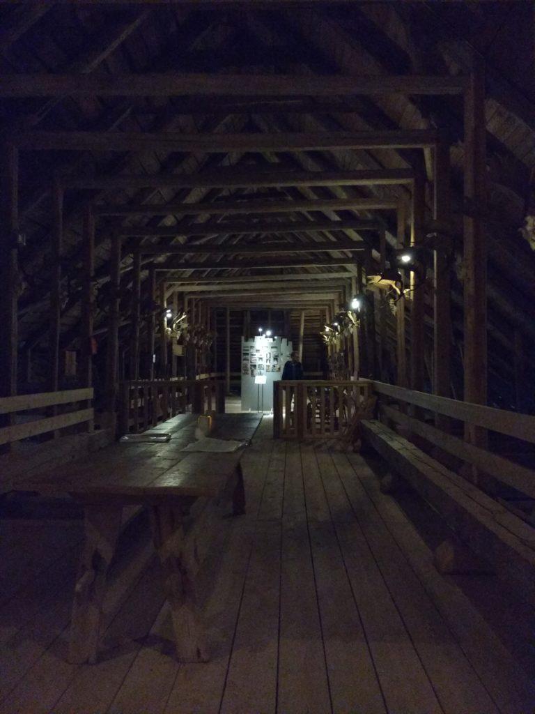Sala àmplia i fosca amb teulada a dues aigües, de fusta