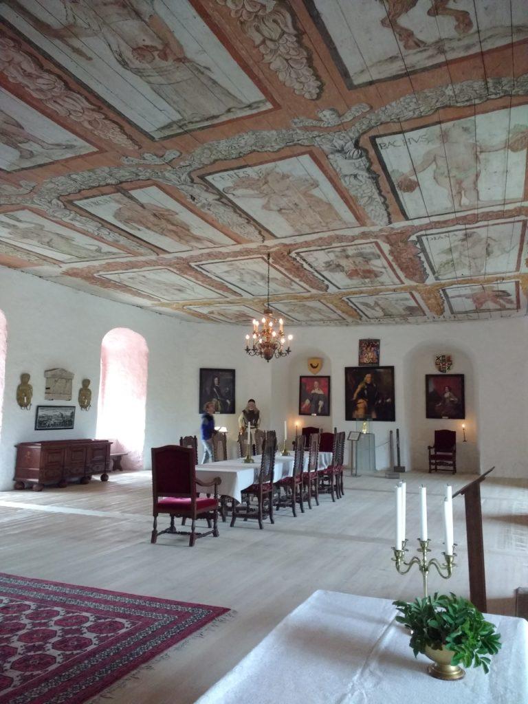 Sala molt àmplia amb el sostre decorat