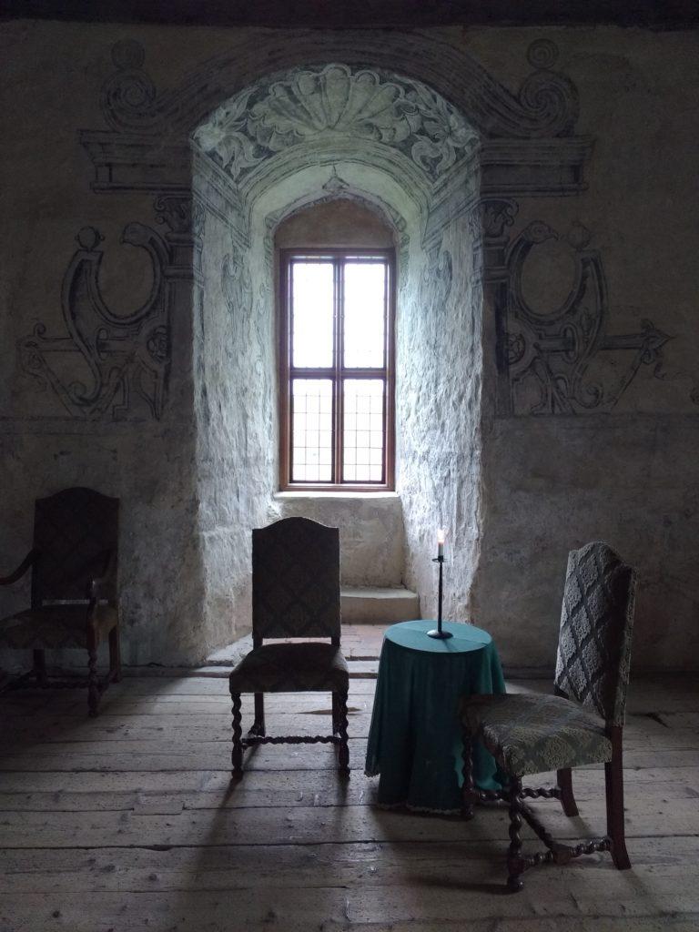 Detall d'una finestra i dues cadires, amb una llum molt especial