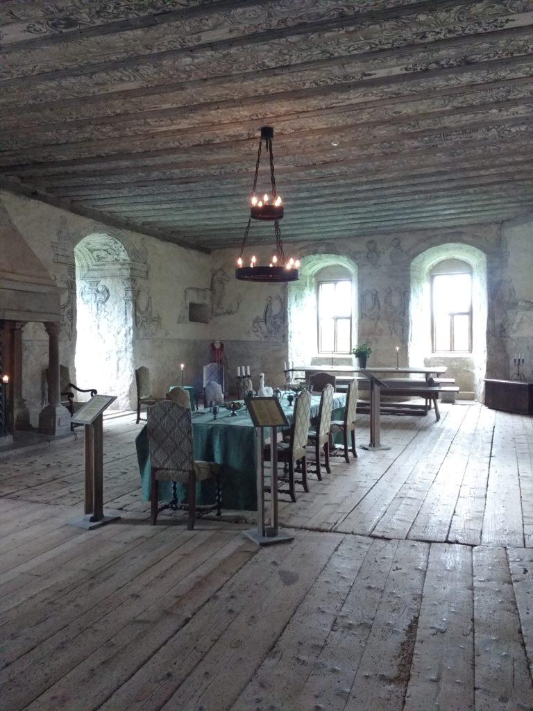 Sala molt àmplia de fusta, amb taula al mig