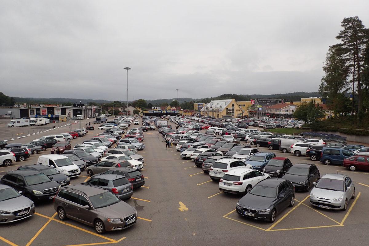 Vista d'un gran parking exterior ple