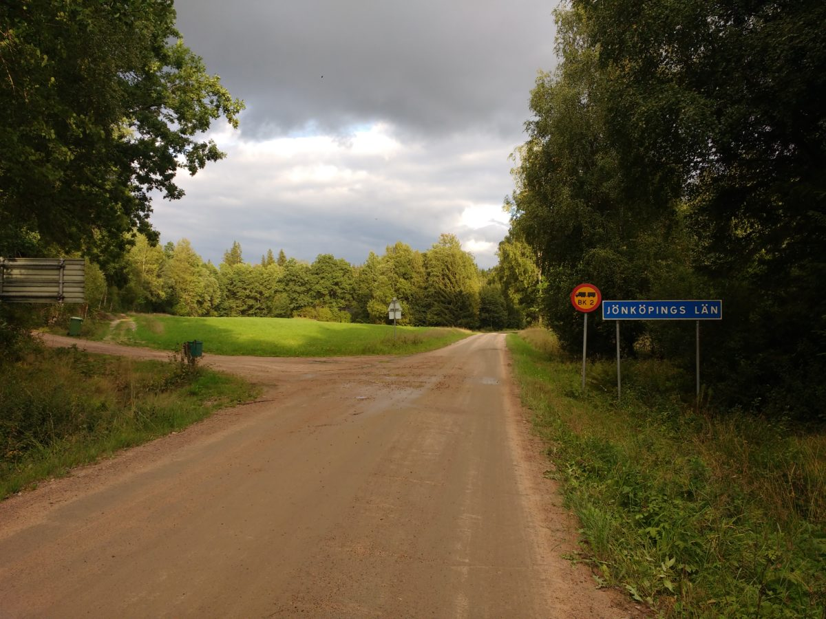 Camí de terra on es veu el rètol de Jönköpings län