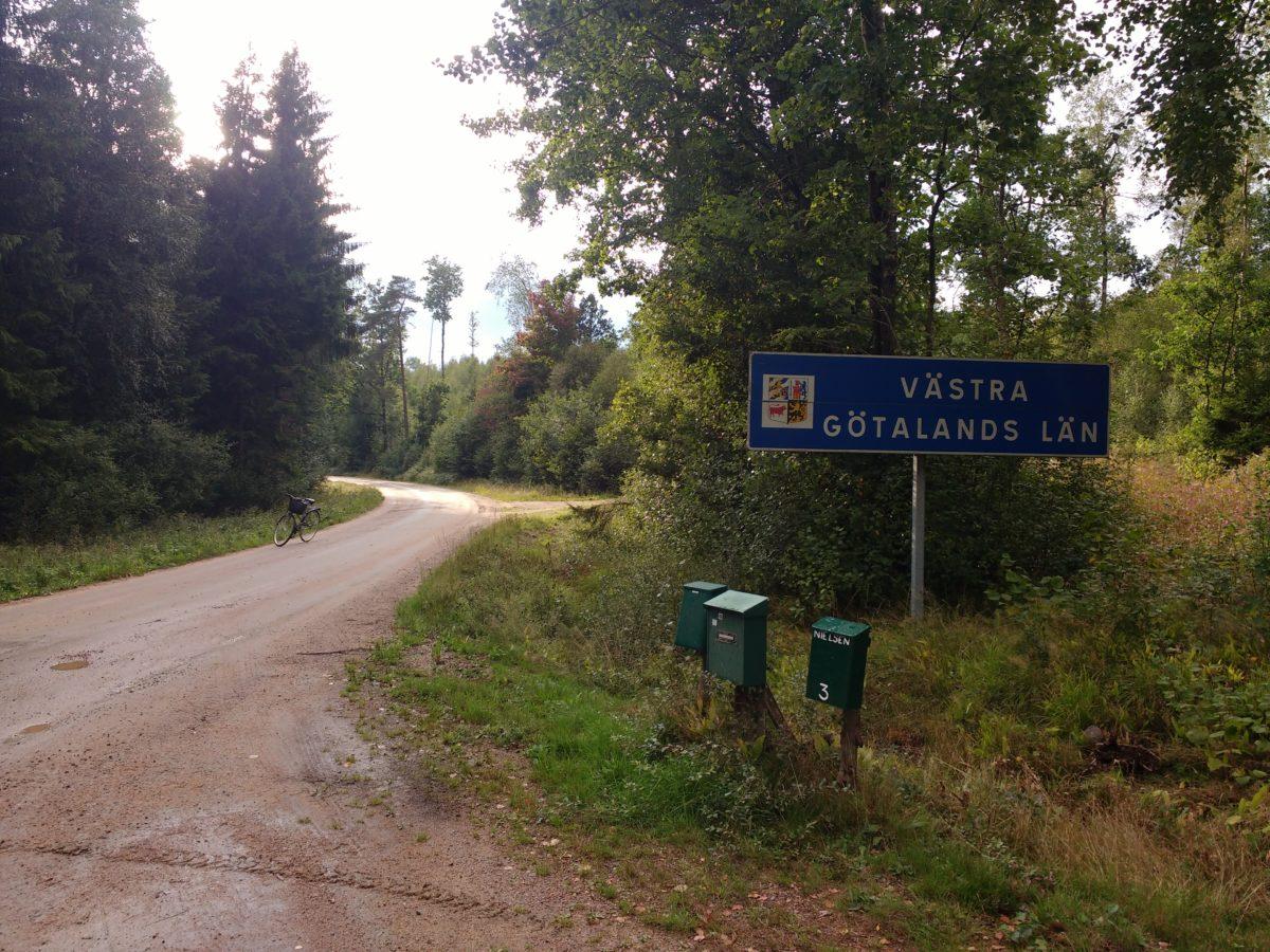 Camí de terra on es veu el rètol de Västra Götalands län