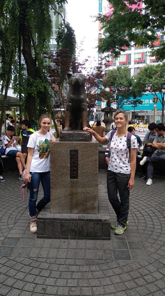 Posant amb l'estàtua de Hachiko