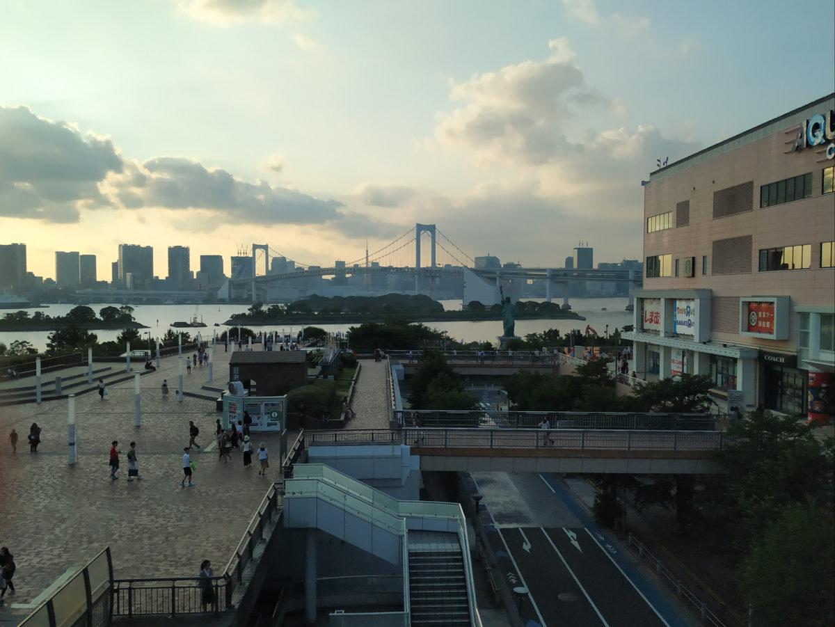 Vista d'Odaiba amb el pont al fons