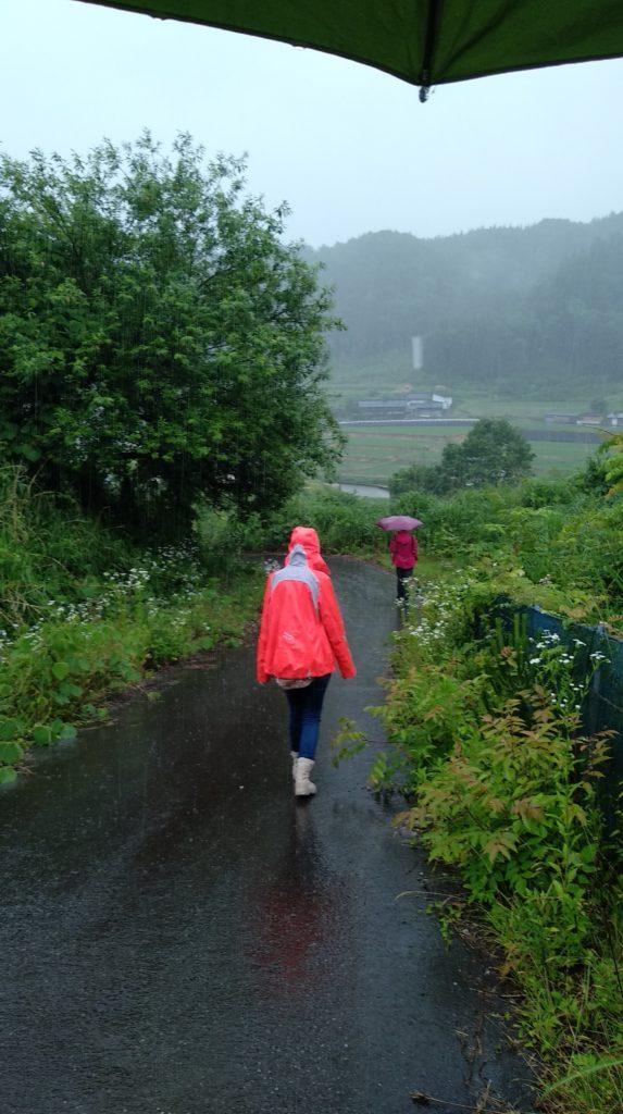 Caminant sota la pluja amb impermeables