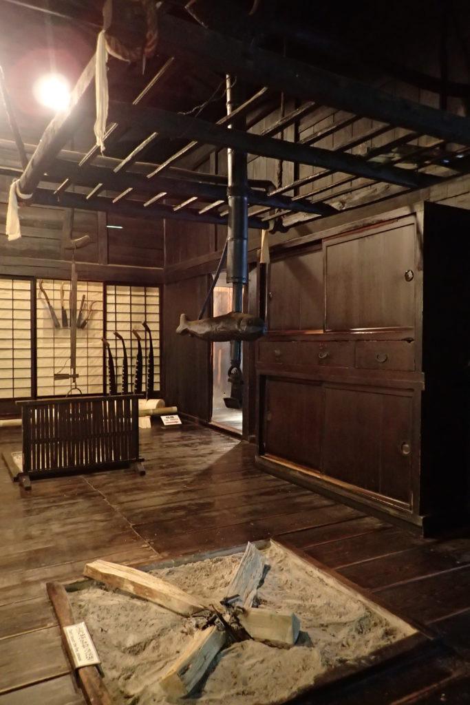 Interior d'una de les cases, de fusta fosca