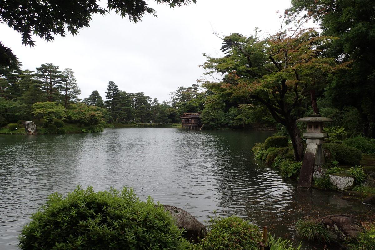 Llac del parc de Kanazawa amb la típica llanterna
