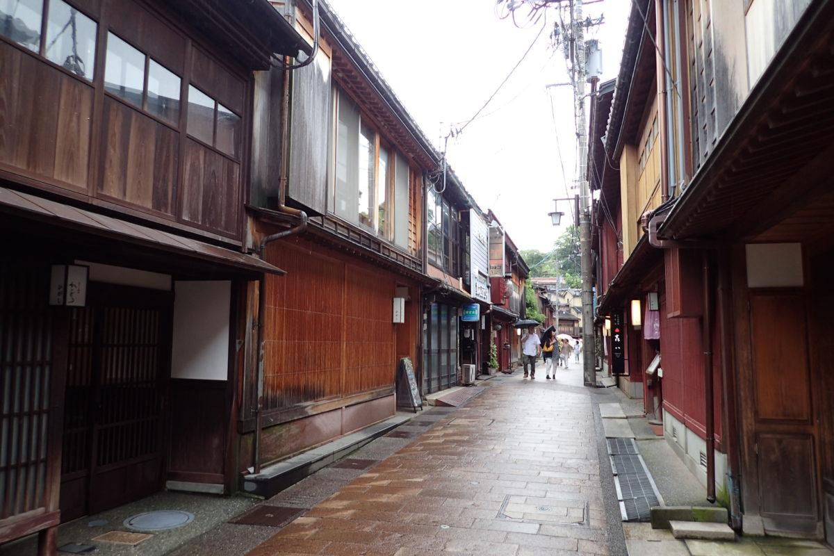 Perspectiva del carrer amb casetes a banda i banda