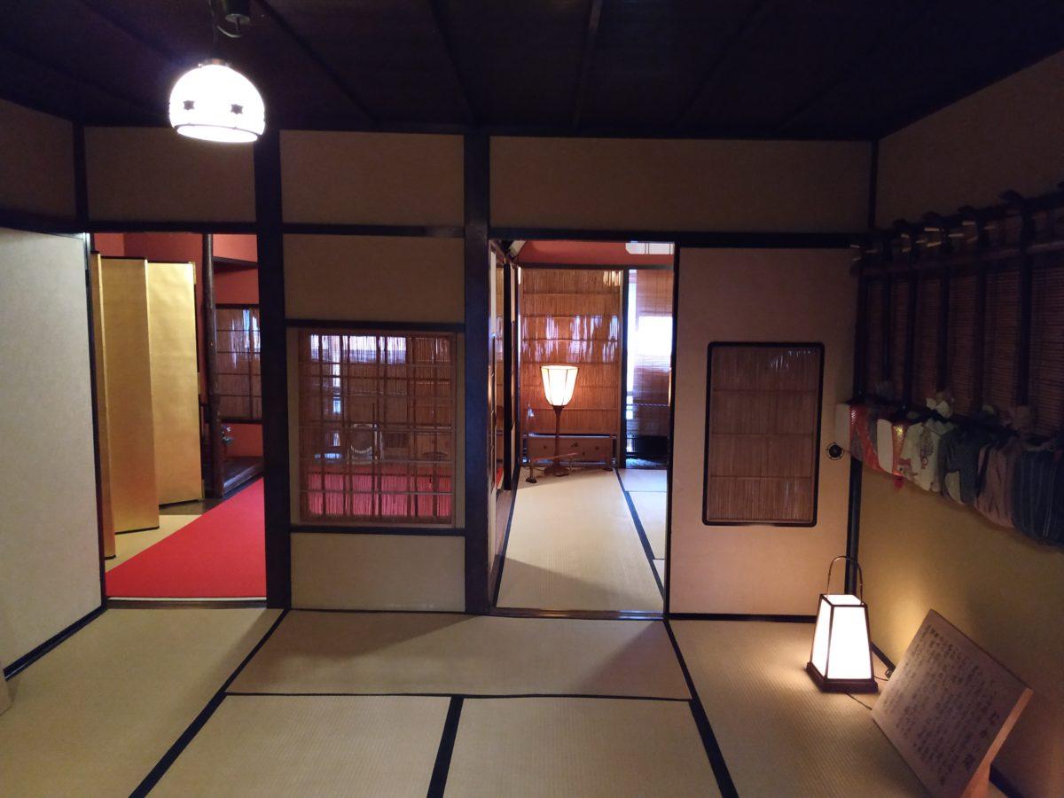 Vista de l'interior de la casa de la Geisha, amb tatamis a terra