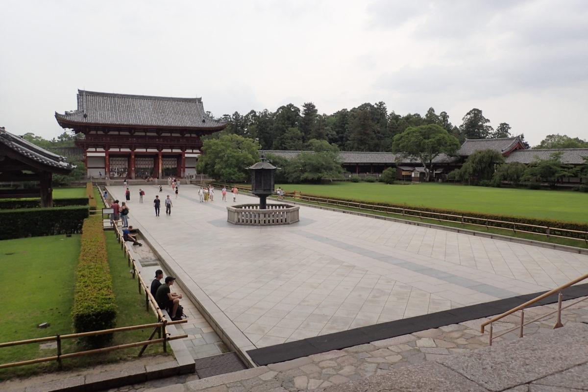 Vista general de l'esplanada davant del temple
