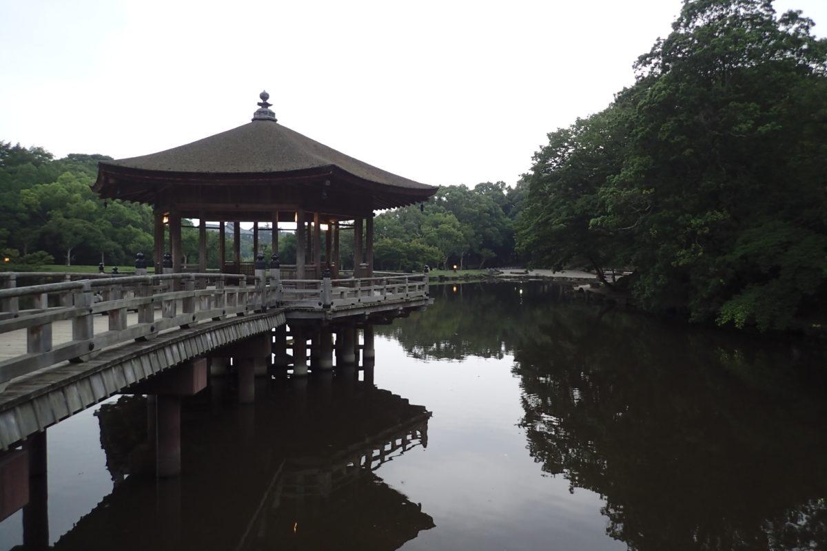 Edificació sobre el llac