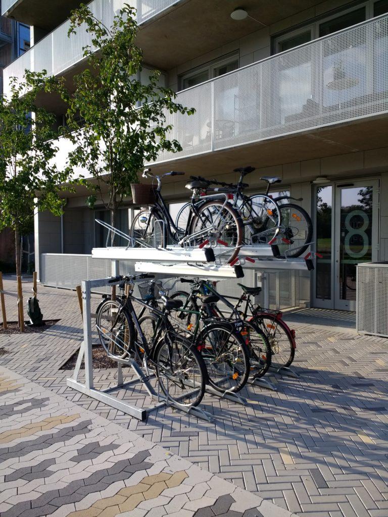 Aparcament de bicicletes en dos nivells a Valla