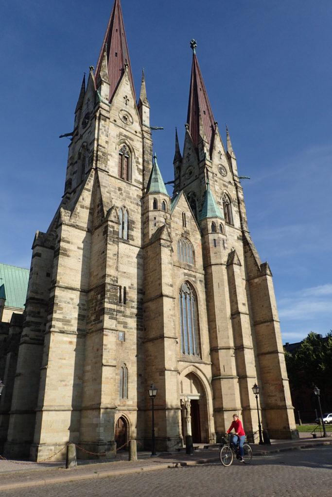 Vista general de la façana de la catedral de Skara