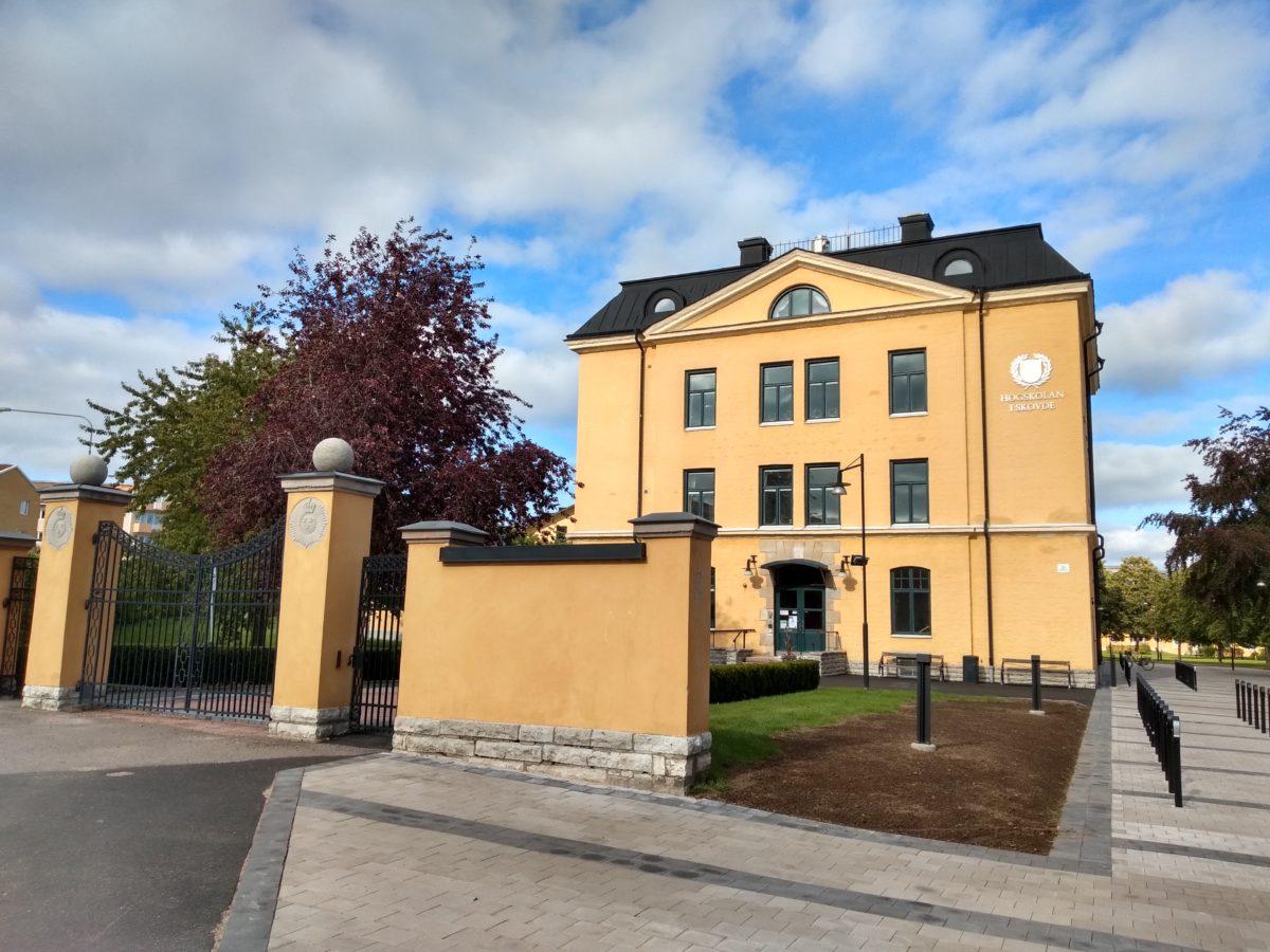 Façana d'un dels edificis de la Universitat