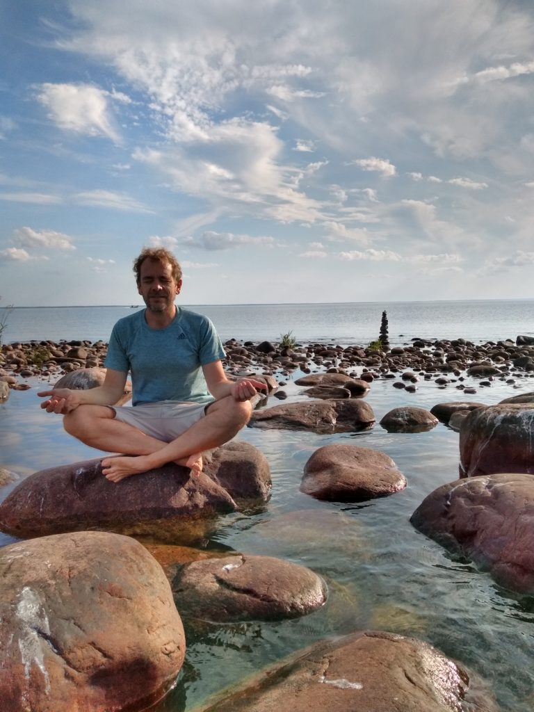 Dani fent Mindfulness sobre una pedra