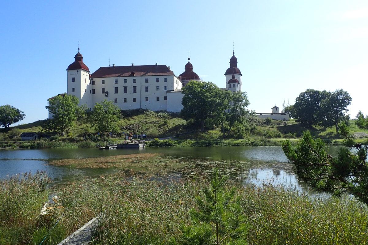 Vista lateral del castell, des de l'altra banda del llac