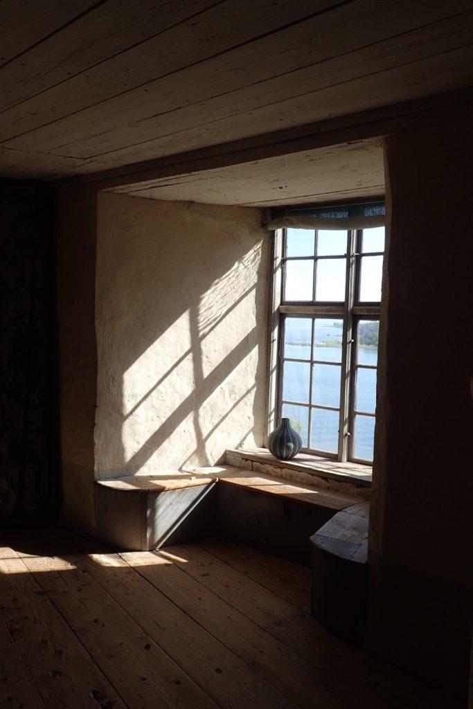 Finestra per on entra el sol i projecta la seva ombra